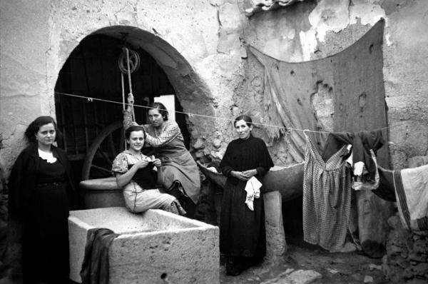 ALFONSO. Patio de la casa de Catalina de Salazar y Palacios, mujer de Cervantes, en Esquivias. Toledo, octubre de 1936.