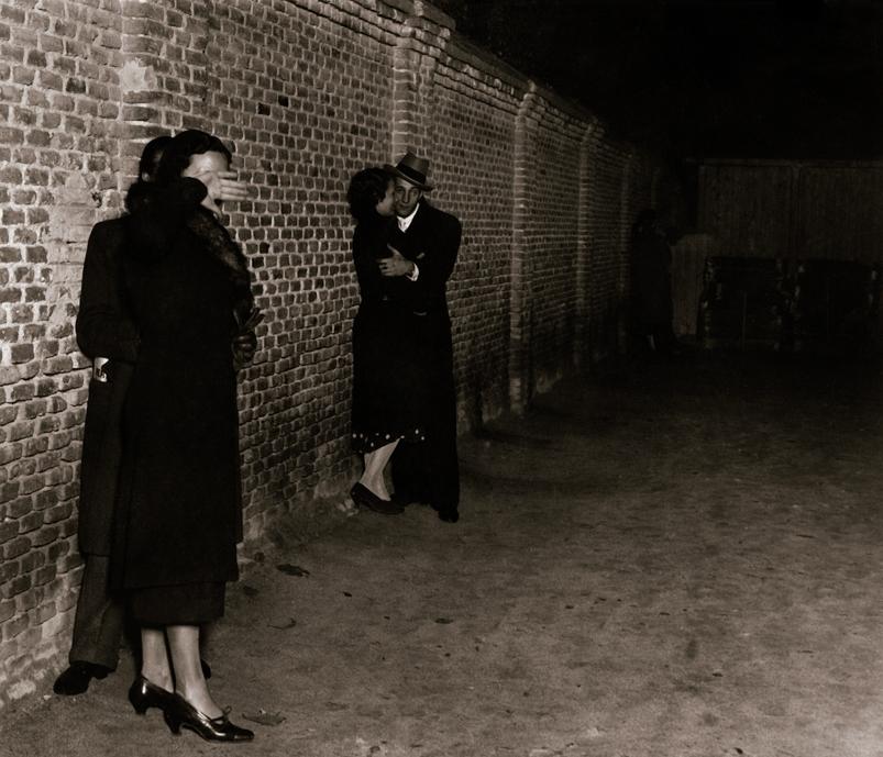 VIDEA. Serie del reportaje Amor de ocho a diez. El muro de los suspiros. Pasaje de José Abascal a García de Paredes.  Madrid, noviembre de 1933