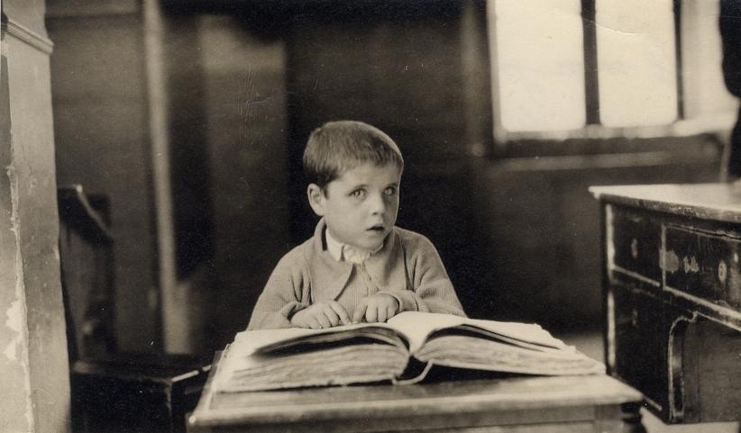 Foto TEJERINA.El alumno más pequeño del Colegio Nacional de Ciegos, Madrid, junio de 1925.