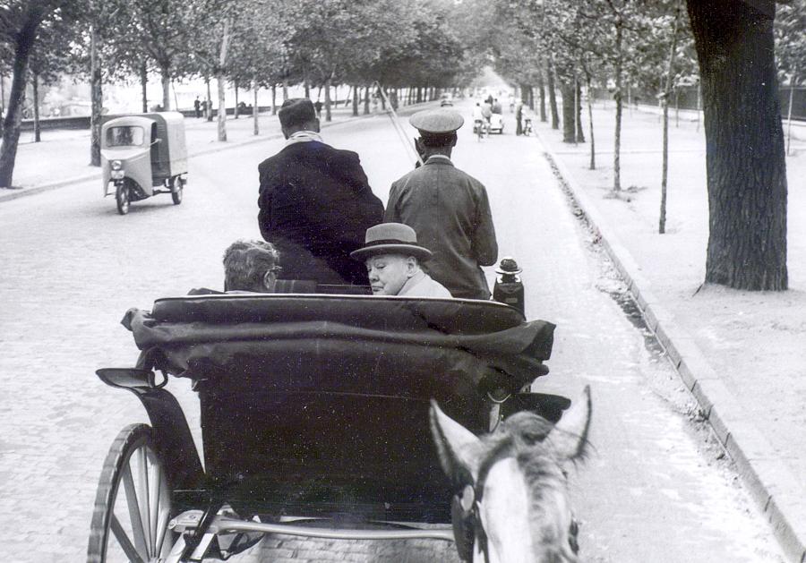 """No es Londres, sino Sevilla, donde Churchill paseó en coche de caballos camino del barrio de Santa Cruz. La imagen se publicó en el diario  Arriba el 7 de octubre de 1958. Ya era un hombre retirado de la política, que había recibido el Nobel de Literatura por """"su maestría en la descripción histórica y biográfica"""", según la academia sueca. TEXTO: M. M."""
