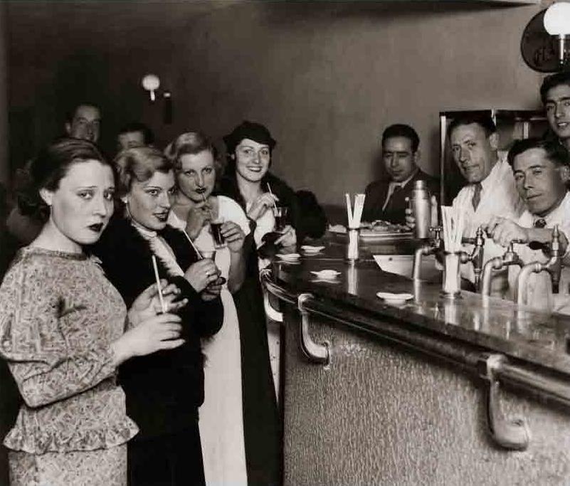 CORTÉS. Socias de un club de señoritas tomando unos  cocktails . Cuota única de cinco pesetas por toda la temporada. Hombres: entrada libre. Madrid, diciembre de 1934.MECD, AGA, Fondo MCSE