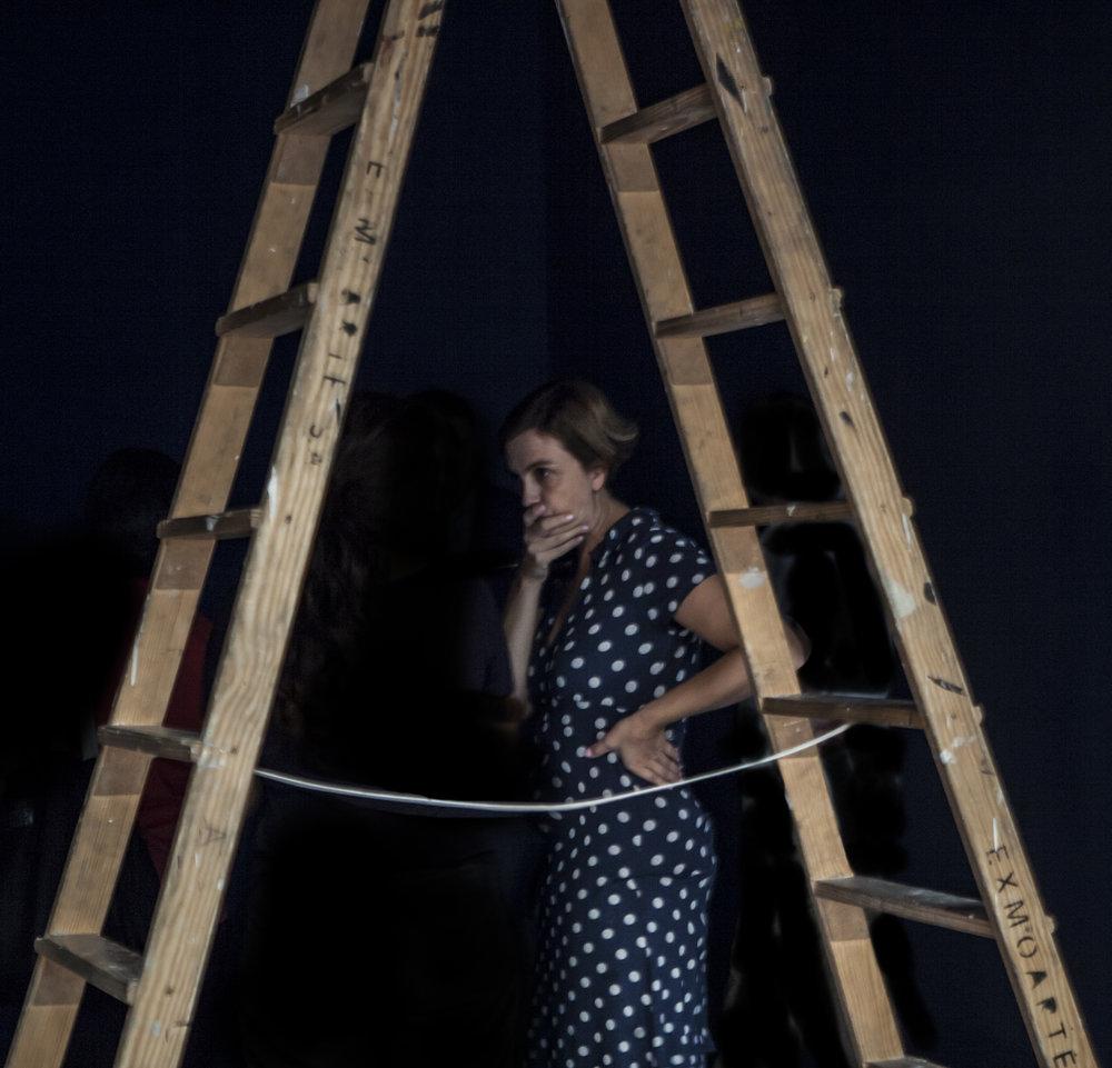 Lucía Laín durante el montaje de la exposición  El rostro de las letras . Alcalá 31.  Foto Vicente TOFIÑO
