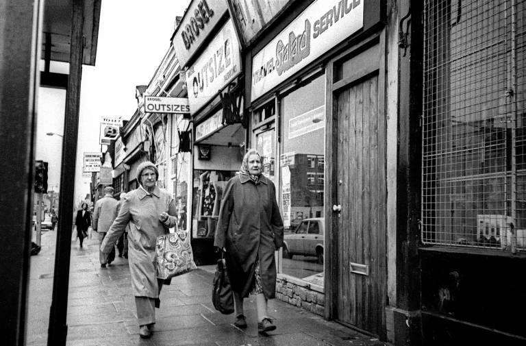 Kingsland-Road-1984-two-old-ladies-768x505.jpg