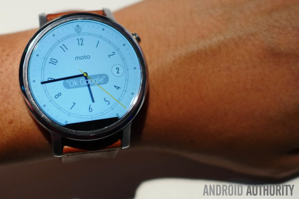 Moto 360 with bizarre flat tire display. Source: Android Authority