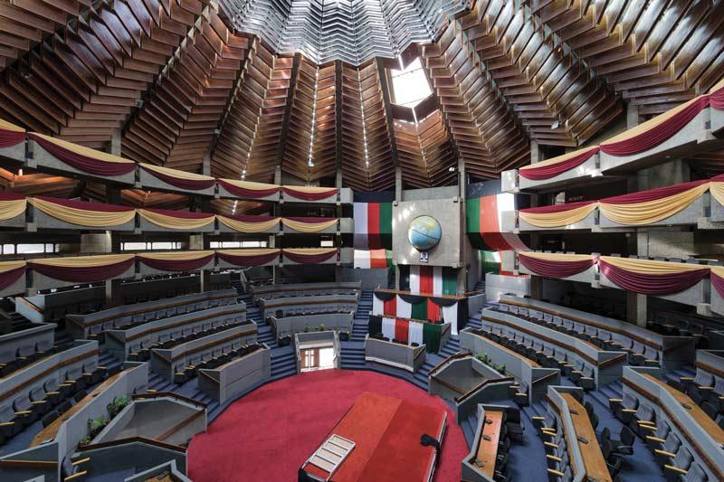 A Nairobi, le Centre international de conférences Kenyatta (KICC ; vue intérieure) est l'exemple même de ces commandes publiques conçues par des architectes sans héritage colonial.