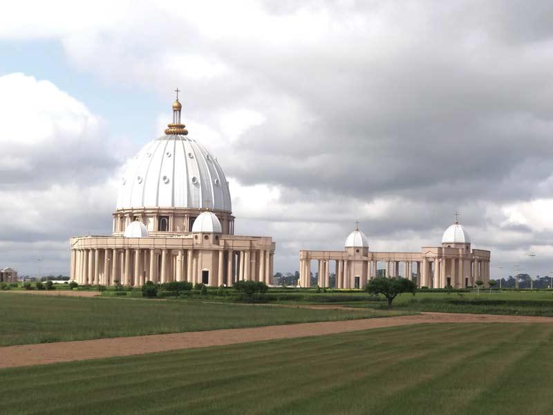 « Réplique » de l'édifice sacré flanquant le Saint-Siège romain, la basilique N.-D. de la Paix à Yamoussoukro, capitale de la Côte d'Ivoire.