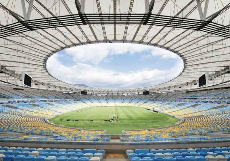 La couverture du mythique stade Maracanã à Rio de Janeiro se compose d'une membrane en fibre de verre revêtue de PTFE, suspendue entre des piliers radiaux.