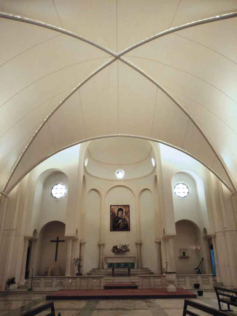 Le textile architectural peut également faire valoir ses atouts à l'intérieur d'un bâtiment. Le projet de rénovation de l'Iglesia de la Cruz (Montevideo, Uruguay, 2016) en est un magnifique exemple.