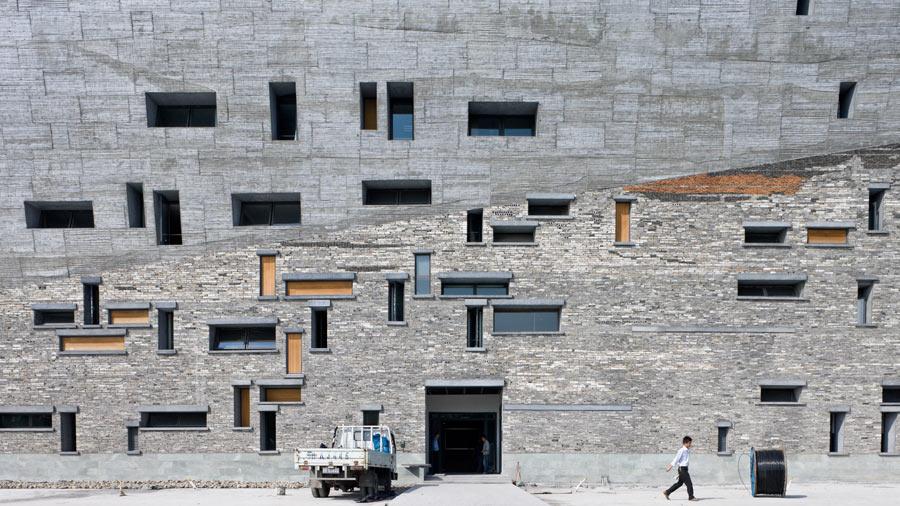 On doit au duo Shu-Wenyu des œuvres majeures et radicales. Comme les 30.000 m2 du Musée-forteresse de Ningbo, livré en 2008 et à toiture-place publique. Issus d'une trentaine de villages démolis, briques, tuiles et morceaux de béton aux textures et tailles variées ont été réutilisés pour composer les façades muséales.