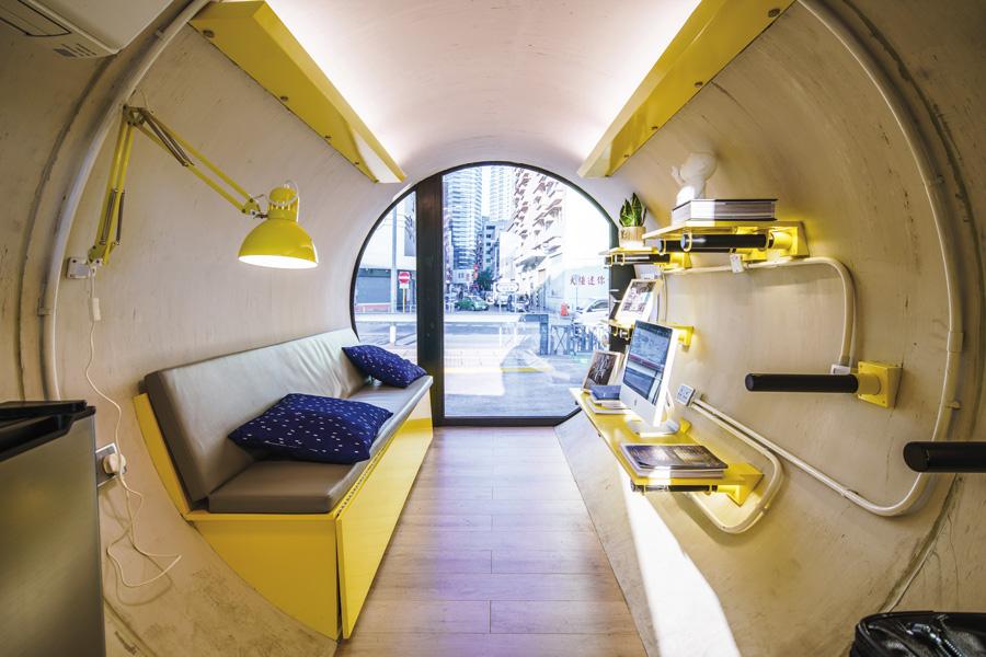 En béton, la solution d'habitat tubulo-capsulaire type O-Pod tube housing risque bientôt de pulluler à Hong Kong et ailleurs en Asie. Sérielle, elle peut être par exemple glissée sous un viaduc, déposée en toitures, adossée à un système de coursives, empilée entre deux immeubles, etc. Ou surplomber un parking.