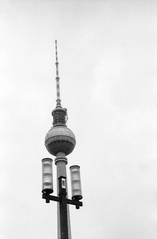 2018-03-24_Fernsehturm_mit_Armen_Fujica_ST701_Fomapan400@800.jpg