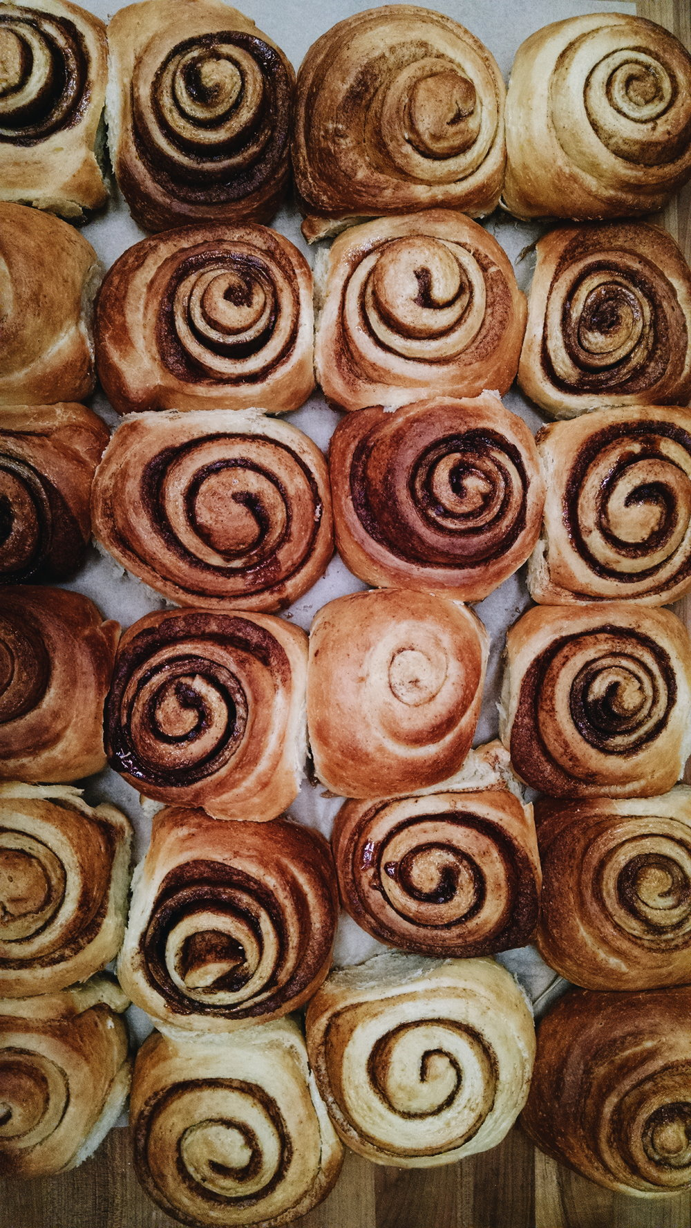 Cinnamon rolls waiting to be frosted