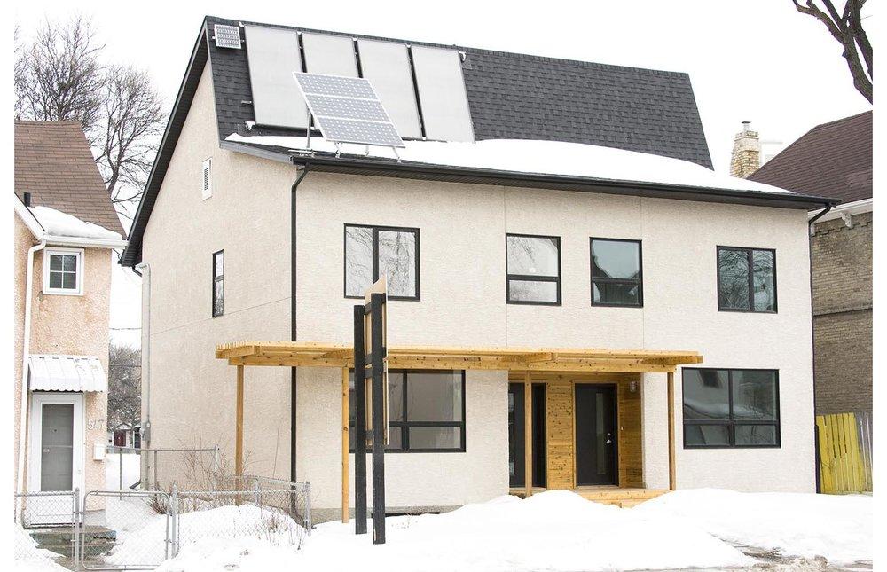 ec:O, exterior photo of house