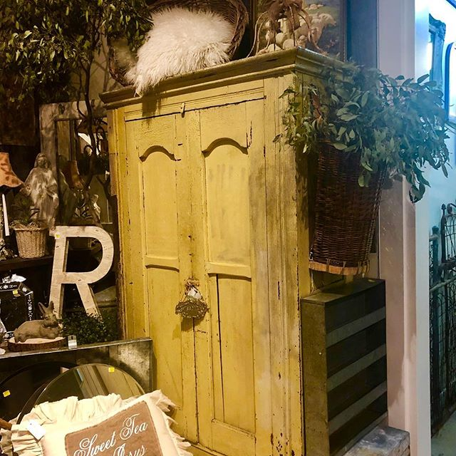 All ready for our Pop Up event at the Oaks Mall 1/25-1/27  lower level in the outside shopping court. I love chippy cupboards..we have something for every collector.. @barnhousechicksmarket  @carolinahousedesigns  @debrahalllifestyle  @sticksnstonesantiques  @thepinkporchventura . . #salvaged #salvageddecor #farmhousestyledecor #farmhouseliving #farmhousechic #rusticdecor #rusticfarmhouse #rustic #vintagefinds #chippy #chippygoodness #shoplocal