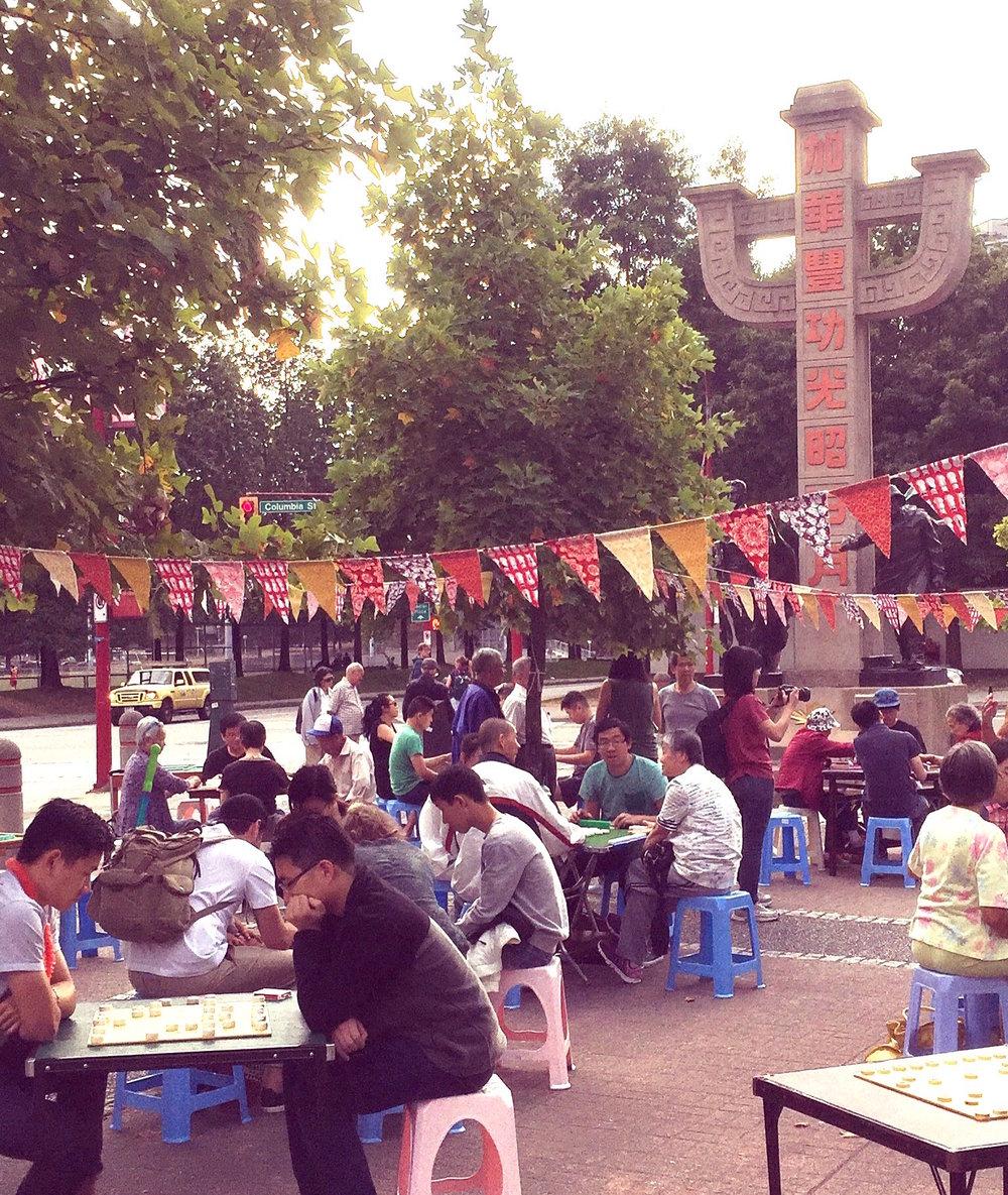 「熱鬧高漲」 麻雀活動 - 夏天晚上,與華埠長者一同享受社區免費的麻將活動及教學,乒乓球以及其他文化活動。邀請您的家人和長輩們。日期:每月第一和第三個星期六(7月7日及21日、8月4日及18日、9月1日及15日)特殊合作活動:7月21日 晚上6時至9時: 與舊金山「唐人街的美人」肖像日。家庭肖像:Kayla Isomura拍攝。了解詳情 ➝8月4日 晚上6時至9時: 傳統中國音樂演奏:台山會館音樂團8月18日 晚上6時至9時: 舞獅、打鼓學習班9月1日 晚上6時至8時: 在唐人街電影夜 (在中山公園外院)9月15日 下午5時至晚上8時: 中秋節做燈籠地點:華埠紀念廣場 (奇化街夾哥倫比亞街), 除了9月1日主辦方:青心在唐人街 (Youth Collaborative for Chinatown)了解詳情 ➝