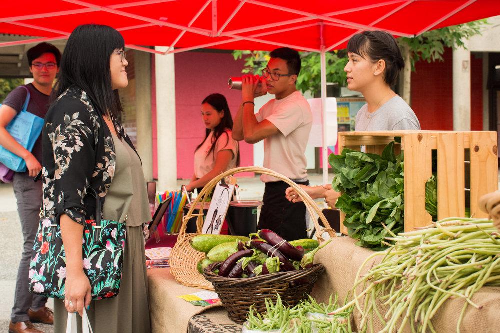 唐人街快閃市集 - 供應本地最新鮮的時令蔬菜。在陽光下享受Edible Projects的手工亞洲甜點、逛移動市集、並參與文化活動!日期:從7月22日到9月16日,每星期日上午11時至下午2時加入「社區農務扶持計畫」的會員即可收到一箱新鮮蔬菜,請透過以下方式聯絡 hua foundation。所有活動皆對外開放並無需付費。地點:中山公園外院 (片打東街五十號)主辦方:hua foundation了解詳情 ➝