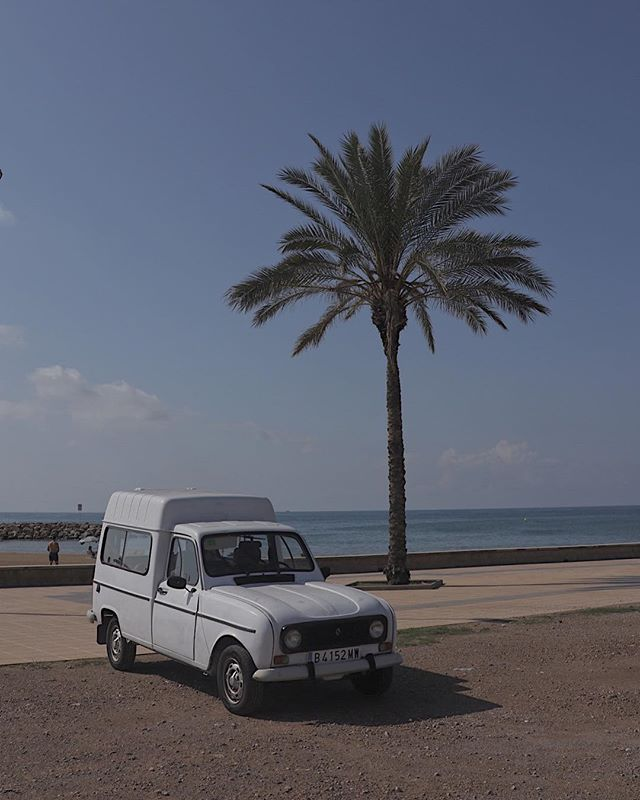 Since we standing at this aire, every day 2 cute old people park this pretty renault in front of our camper, and chill all day at the beach💙❤️🐠🌊 . . . . . #gottoloveit #oldlove #priceless #enjoyinglife #oldtimer #beach #cunit #palmtree #love #nomadfamily #travelforlife #instatravel #toddlertravel #camper #roadtrip #barcelona #familyphotography #travelwithkids #fulltimetravel #exploretheworld #homeiswhereyouparkit #rvlife #spain #kidslife #familycampertrip