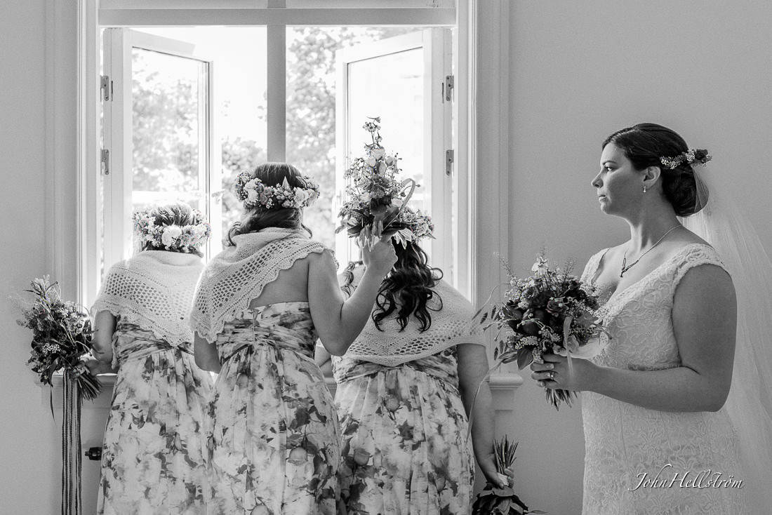 Wedding-photography-looking-at-the-ceremony-start