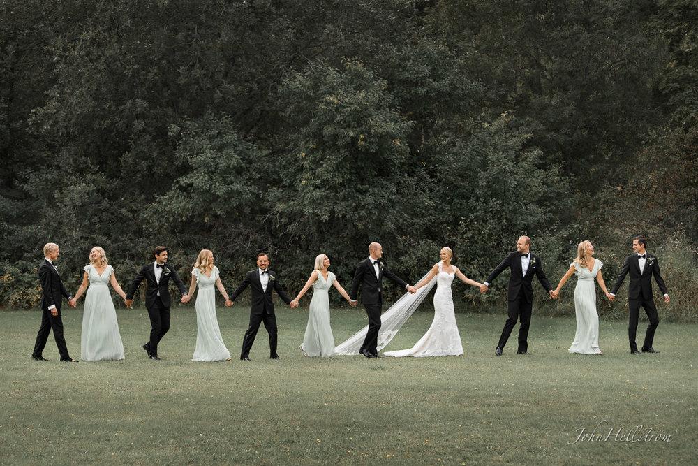 Bröllopsfotograf på Säby Säteri när brudpar och vänner ska gå till Ingarö kyrka för vigsel.