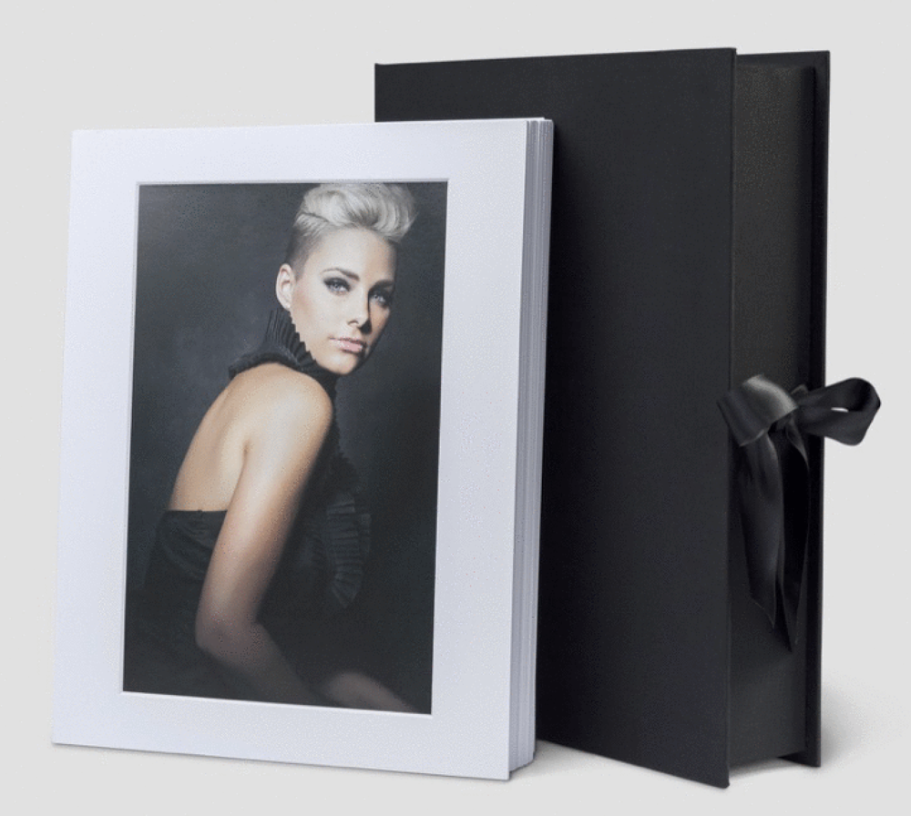 Fine-art prints med passepartout fodral, i deluxe box. Bild från leverantör.