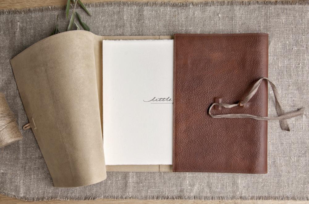 VIntage album av läder och Amalfi-papper. Bild från leverantör.