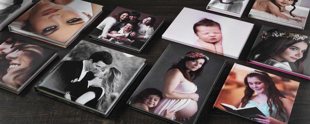 Porträtt och eventböcker med fotografisks omslag, läderett eller linne. Bilder från leverantör.