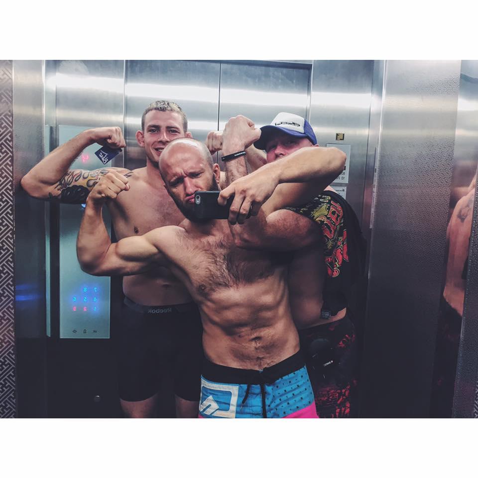 Przypinka w windzie