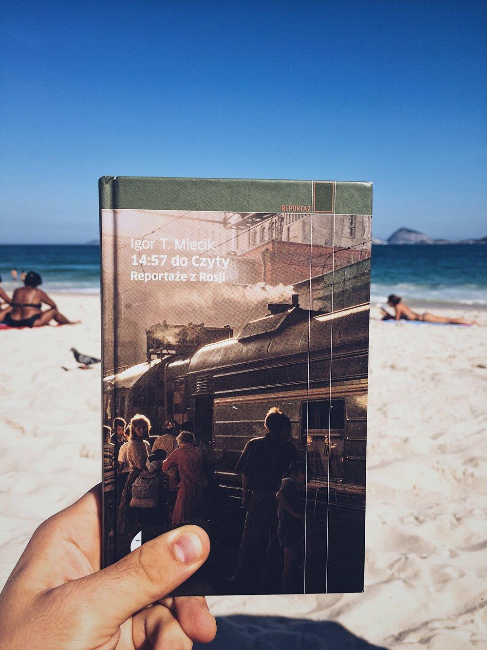 Lekura na plaży Ipanema.