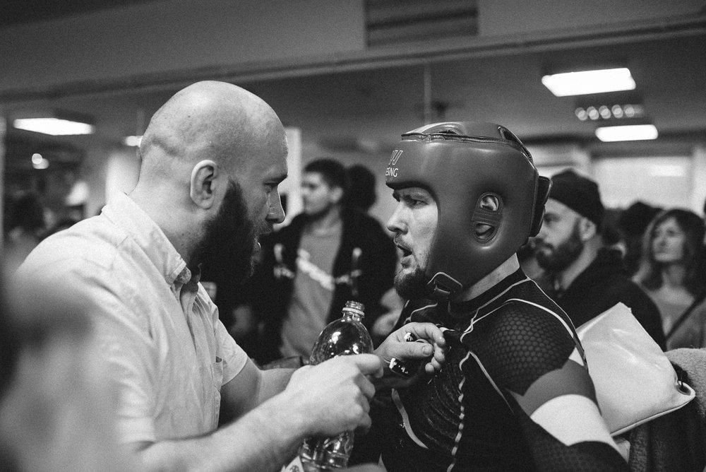 Na zdjęciu tłumaczę swojemu zawodnikowi co ma zrobić, żeby wgrać walkę. Wygrał.