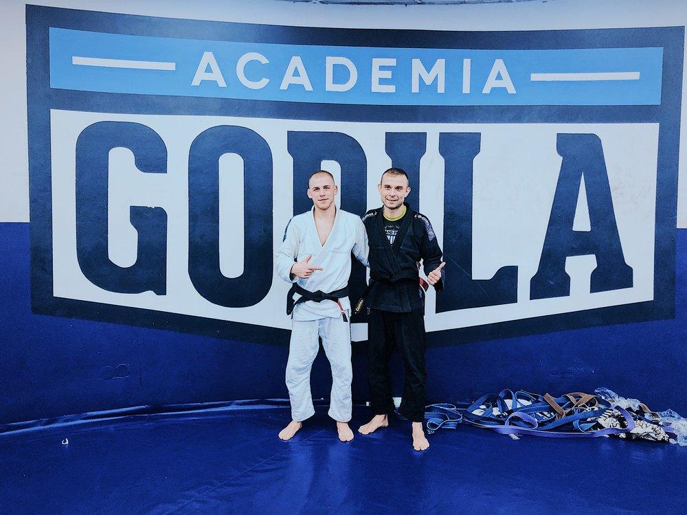 Na zdjęciu bohater dzisiejszego wpisu, po prawej w czarnym kimonie, razem z Jędrzejem Loską, głównym trenerem bjj w Academia Gorila Polska