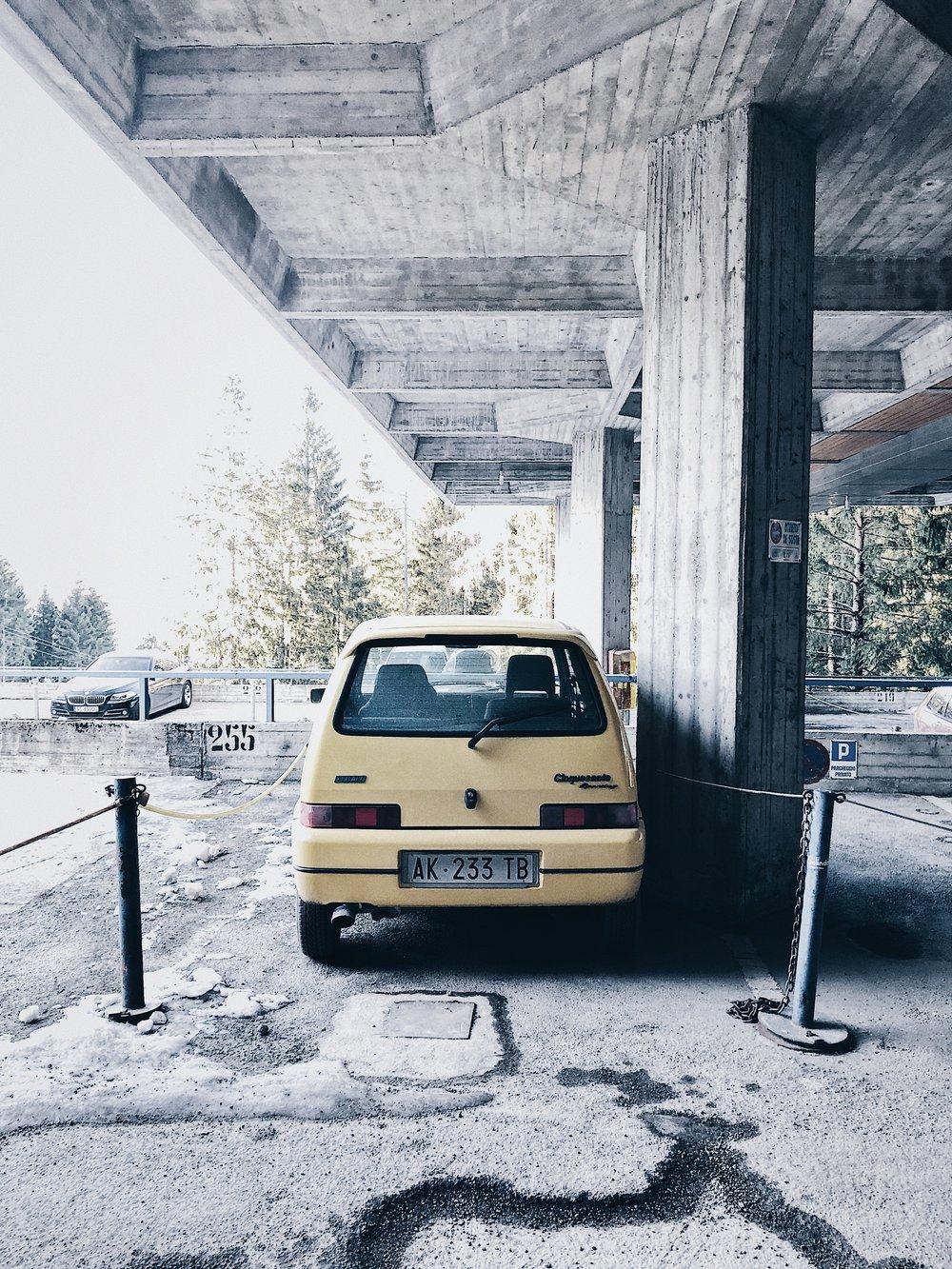 Przepiękny parking w Marileva 1400 i żółty cienias