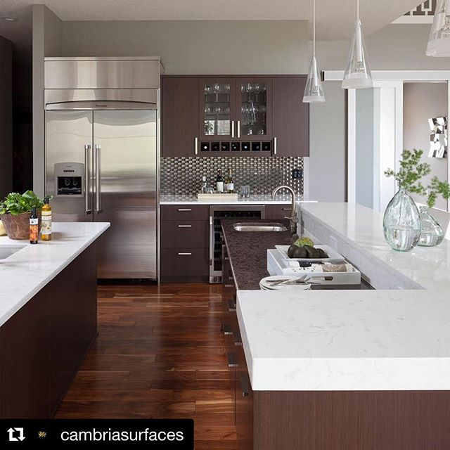 Bright Torquay and moody Wellington pair together in this dark, modern kitchen. These designs work together on a two-tiered island for high-contrast style. #MyCambria #modernkitchens #darkkitchen #Repost @cambriasurfaces