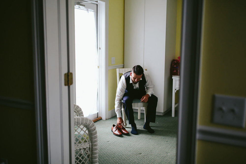 groom-getting-ready-hotel-wedding-destination-photographer-tiny-house-photo.jpg
