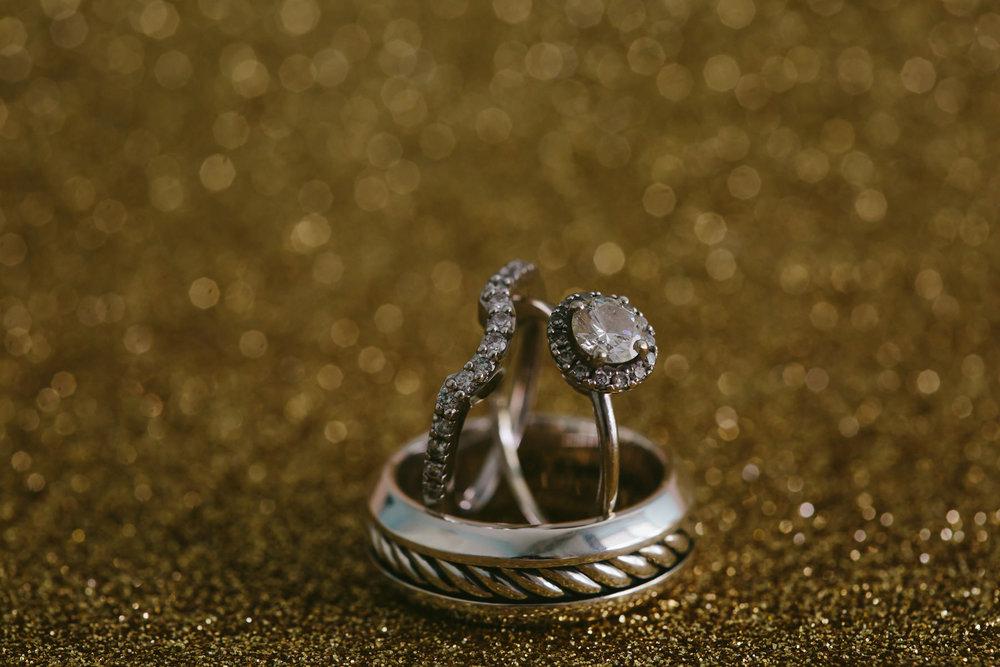sparkly-wedding-rings-details-macro-tiny-house-photo-photogrpaher.jpg