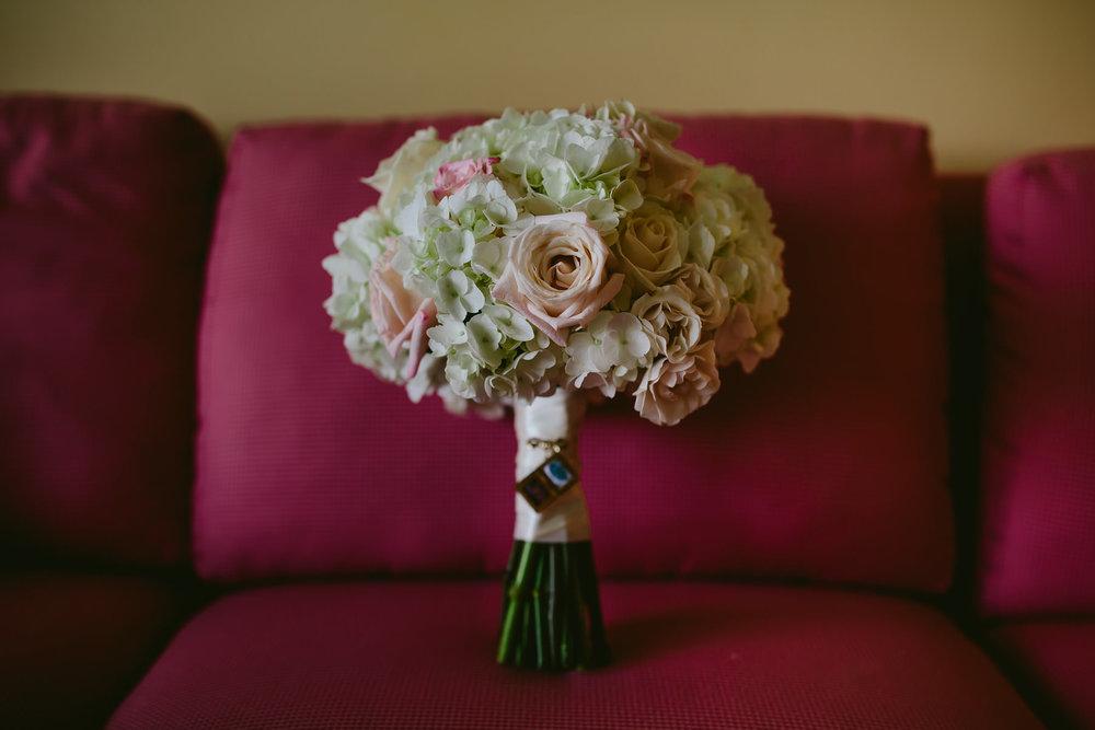 wedding-bouquet-tiny-house-photo-details-florals-bride.jpg