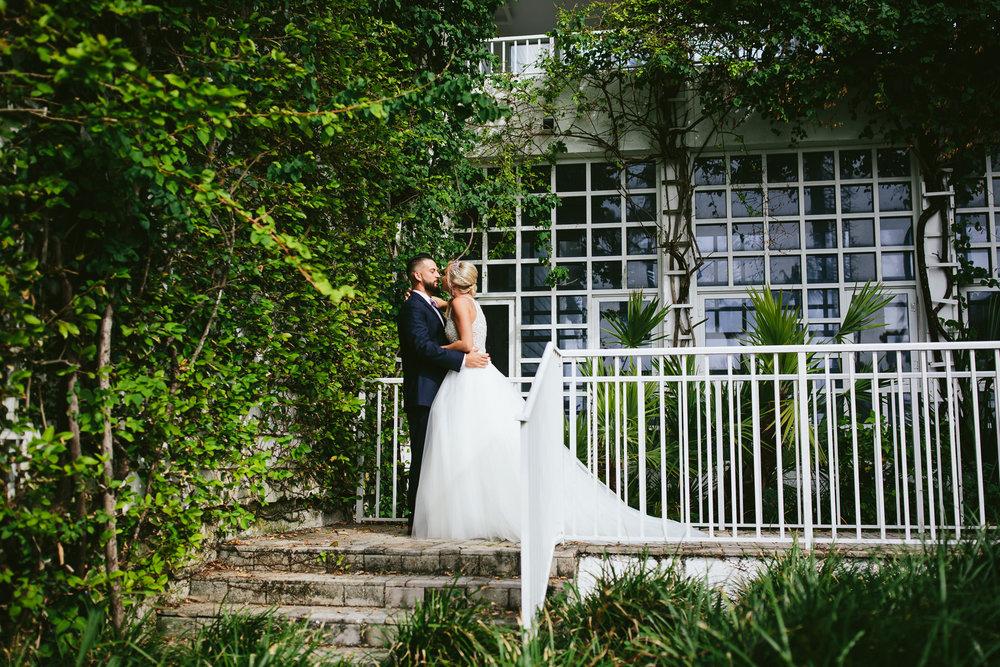 bride-groom-kiss-tiny-house-photo.jpg