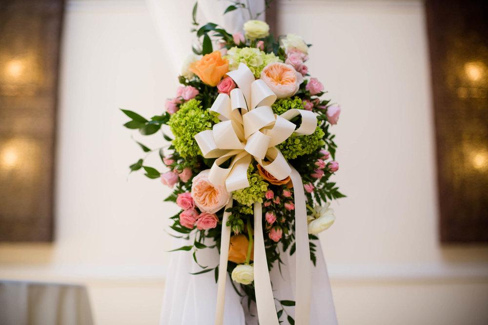 flowers-details-wedding-ceremony-tiny-house-photo.jpg