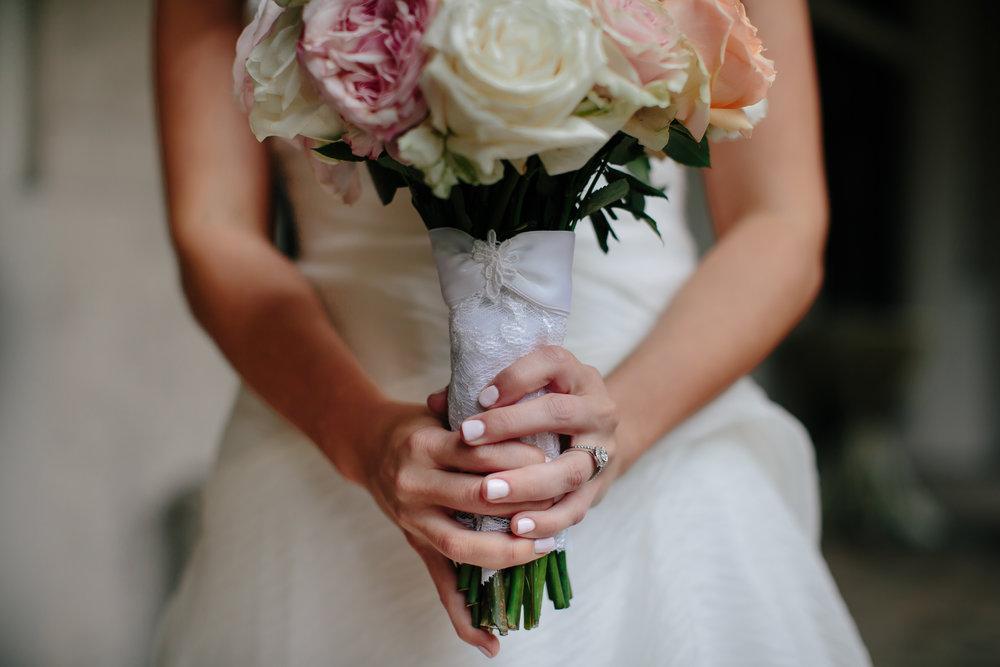 bridal_bouquet_tiny_house_photo_luxury_wedding_photographer.jpg