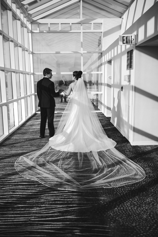 interesting_wedding_portraits_tiny_house_photo_light_lines_artistic.jpg