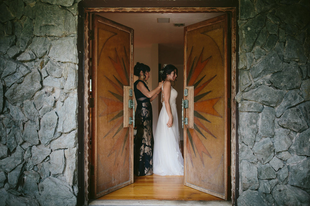 mom_helping_bride_dress_tiny_house_photo_destination_travel_wedding_photographer.jpg