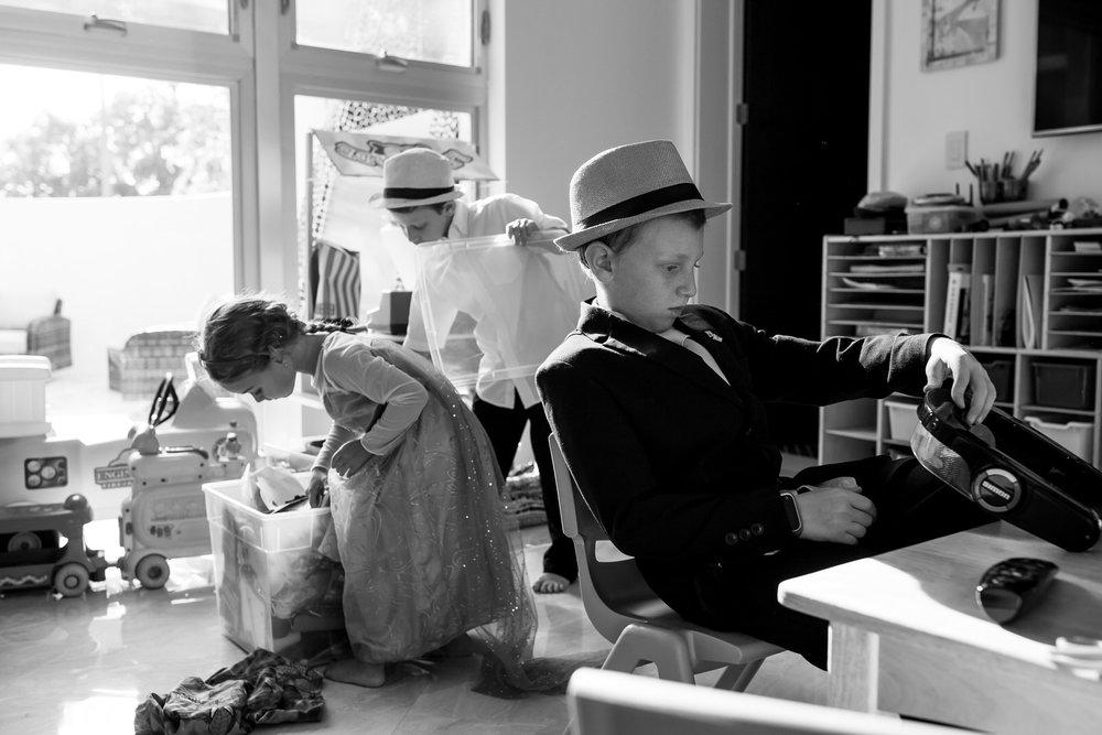 siblings_playing_documentary_family_photographer.jpg