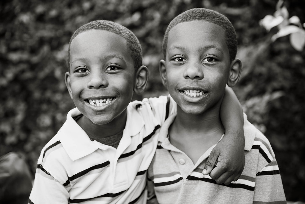 los-angeles-portrait-photographer-black-and-white-kiddos-brothers-twins-twinning-professional-photography.jpg