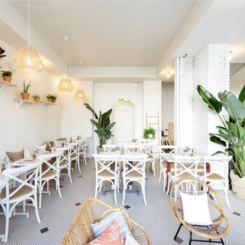 #PARIS 10 - On se donne rendez-vous le 6 avril après-midi dans le café le plus lumineux de Paris. Une nourriture saine et délicieuse, un espace yoga et une équipe chaleureuse.On adore ! 140 Rue du Faubourg Saint-Martin, 75010 Paris