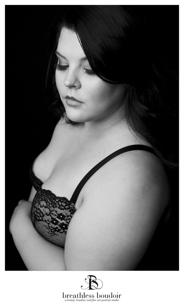 5_black_and_white_Curvy_boudoir