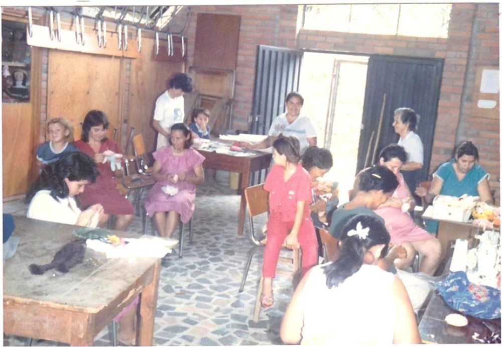 Doña Gabriela with the members of the Housewives Club during a handicraft workshop.