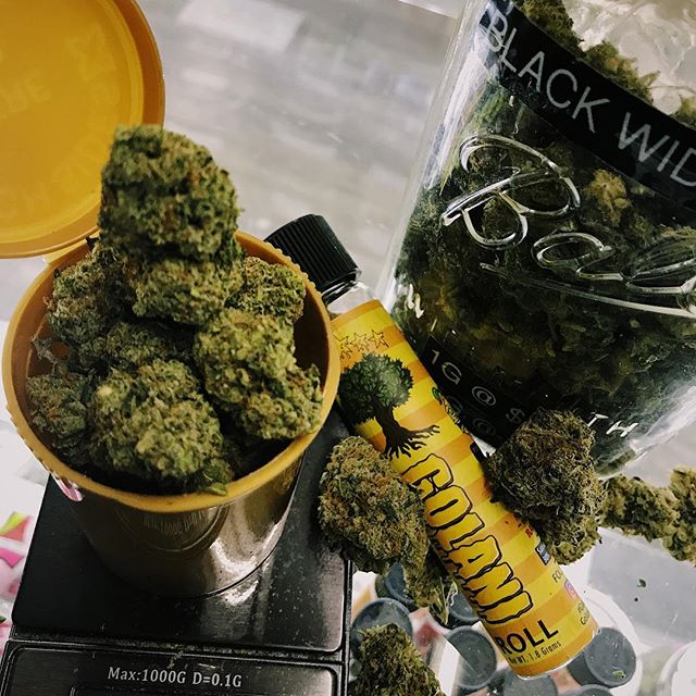 COMBO DEALS TO DRESS UP ANY SMOKE SESH 🌬🌬🌬 Mix it up w eighth or quarter flower deals + wax/moonrocks/prerolls 😱 #weedporn #cannabiscommunity #weedporn #golanirolls