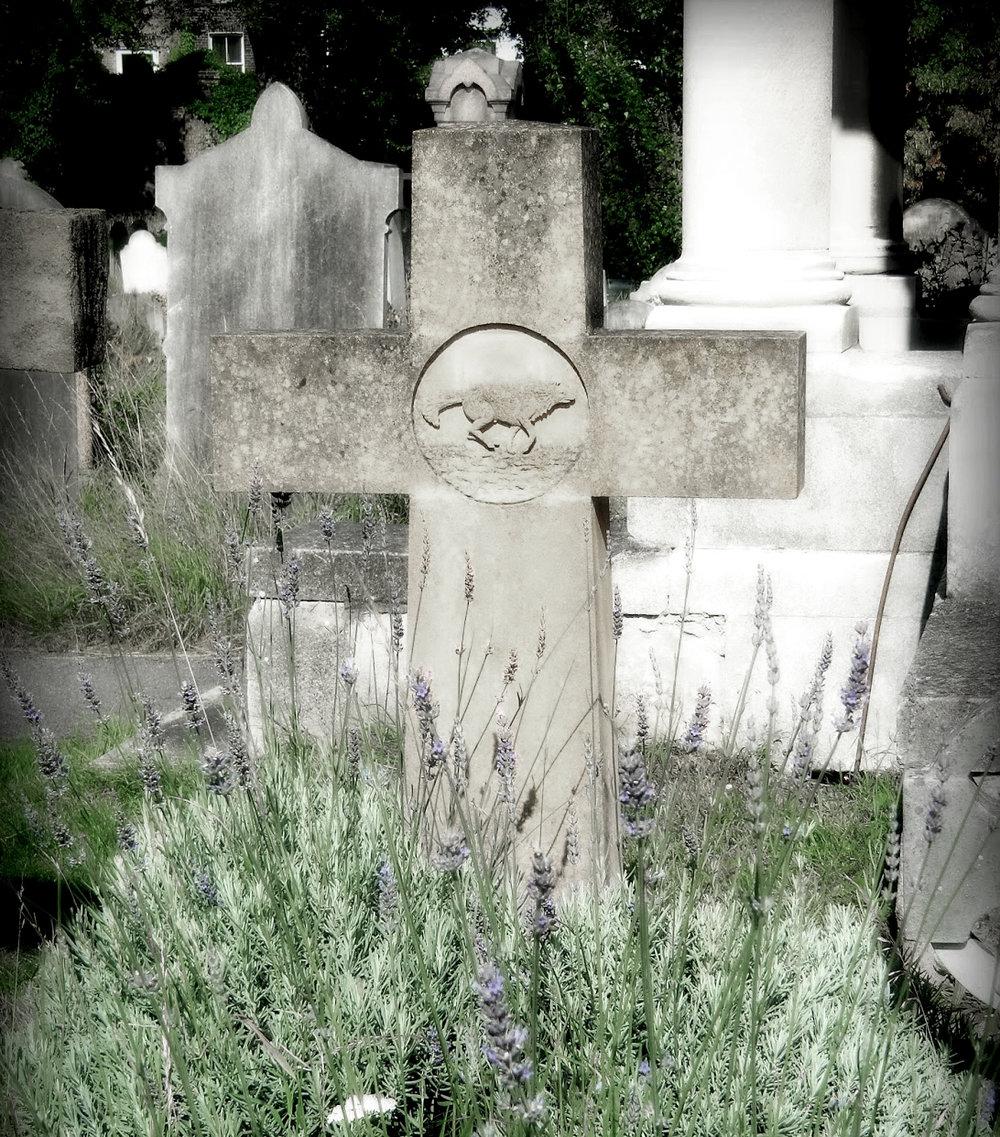 La tumba de Long Wolf. (foto:sleepinggardens)