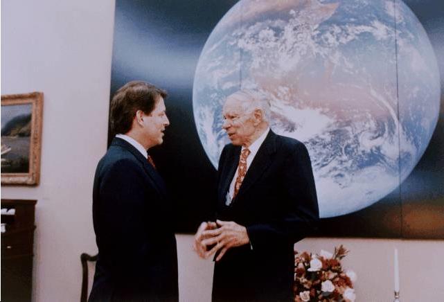 Al Gore con The Blue Marble en su despacho, 1993.