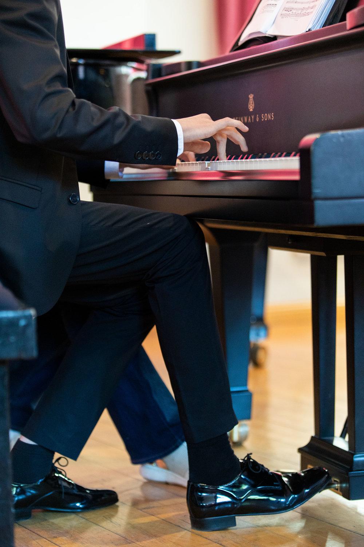 S76A0010 högupplöst händer och fötter piano.jpg