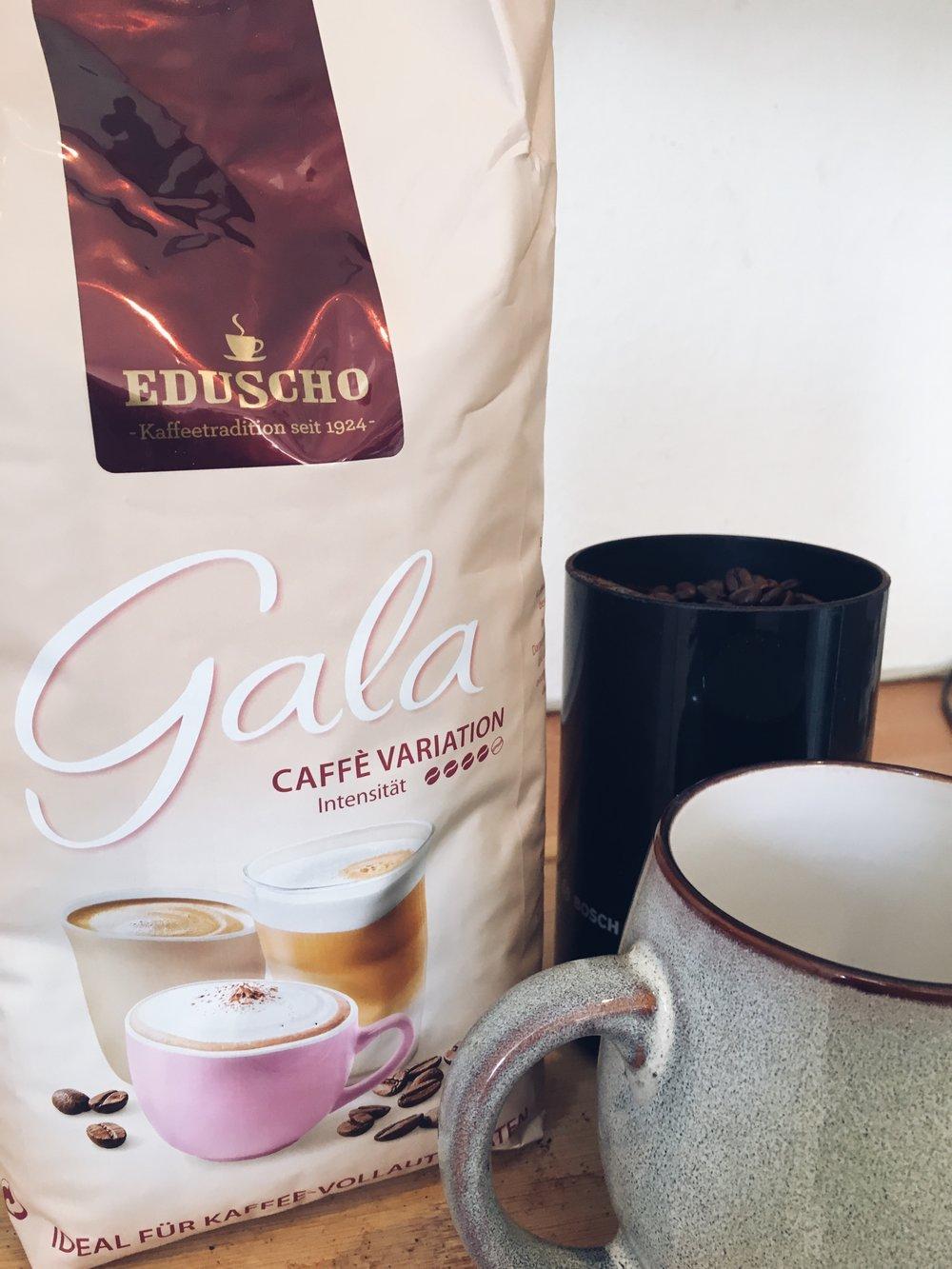 Wenn ihr es also nicht so stark mögt, dann könnt ihr mit diesem tollen Kaffee von Eduscho auch leckere Kaffeevariationen zaubern. Ob mit Kuhmilch oder pflanzlichen Alternativen, es schmeckt immer! -
